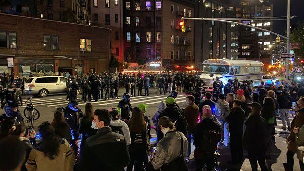 I poliziotti per contenere le protesta il giorno dopo le elezioni a Manhattan, New York City, New York, Stati Uniti, 4 novembre 2020. - Sputnik Italia