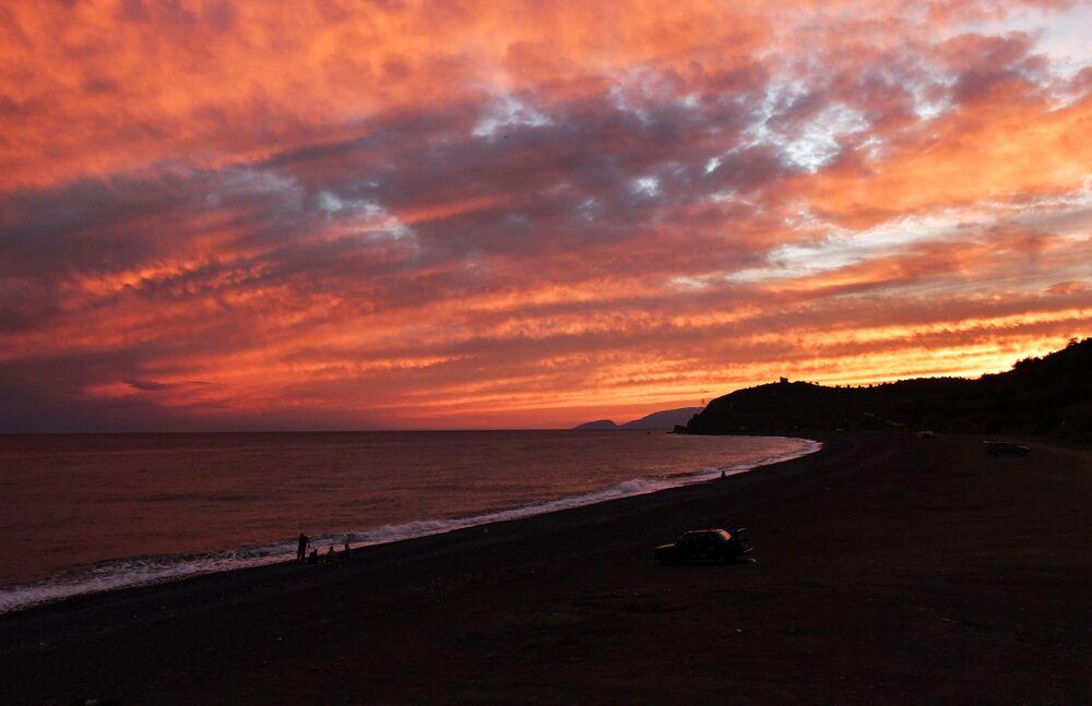 Un tramonto sulla costa del Mar Nero vicino al villaggio di Morskoe, Crimea.