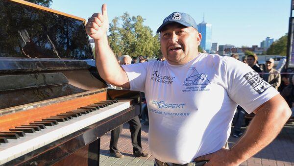 Стронгмен Эльбрус Нигматуллин пронес пианино весом 280 кг 100 метров в честь празнования 280-летия города Челябинска - Sputnik Italia