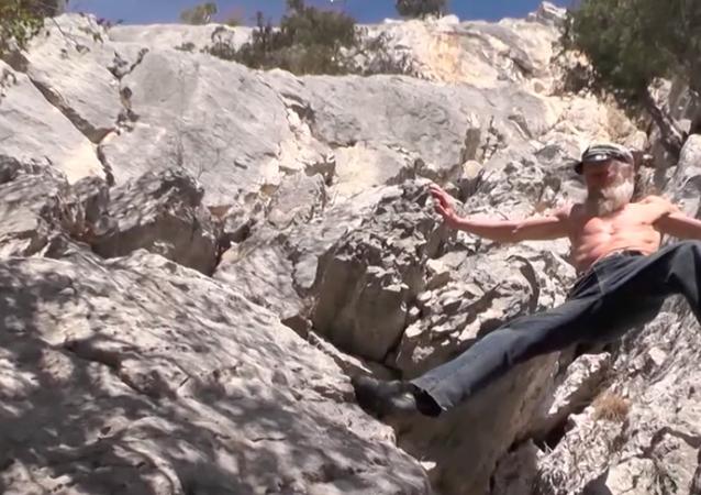 Nonno Ragno sale su una roccia