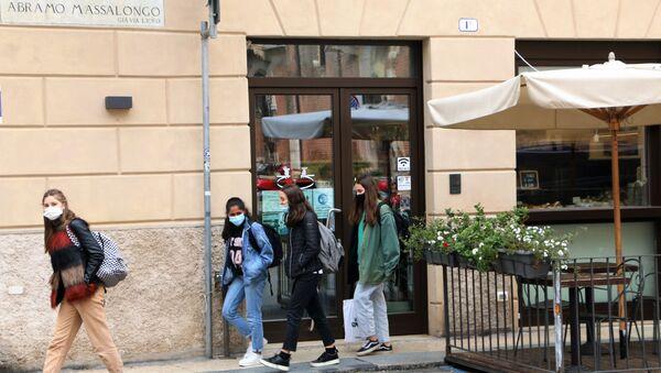 Ragazze in mascherina in una strada - Sputnik Italia