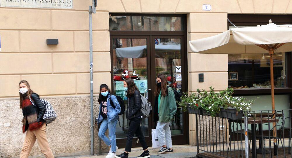 Ragazze in mascherina in una strada