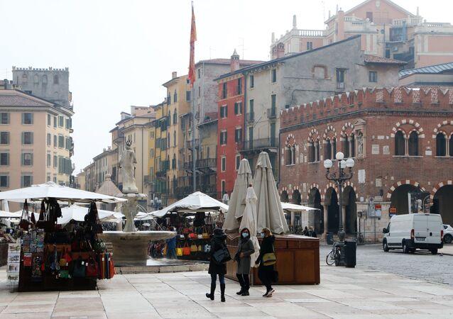 Una piazza con mercato