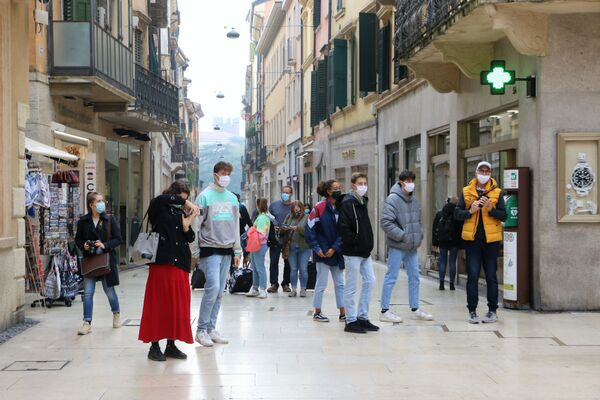Ragazzi in mascherina in una strada, Italia - Sputnik Italia