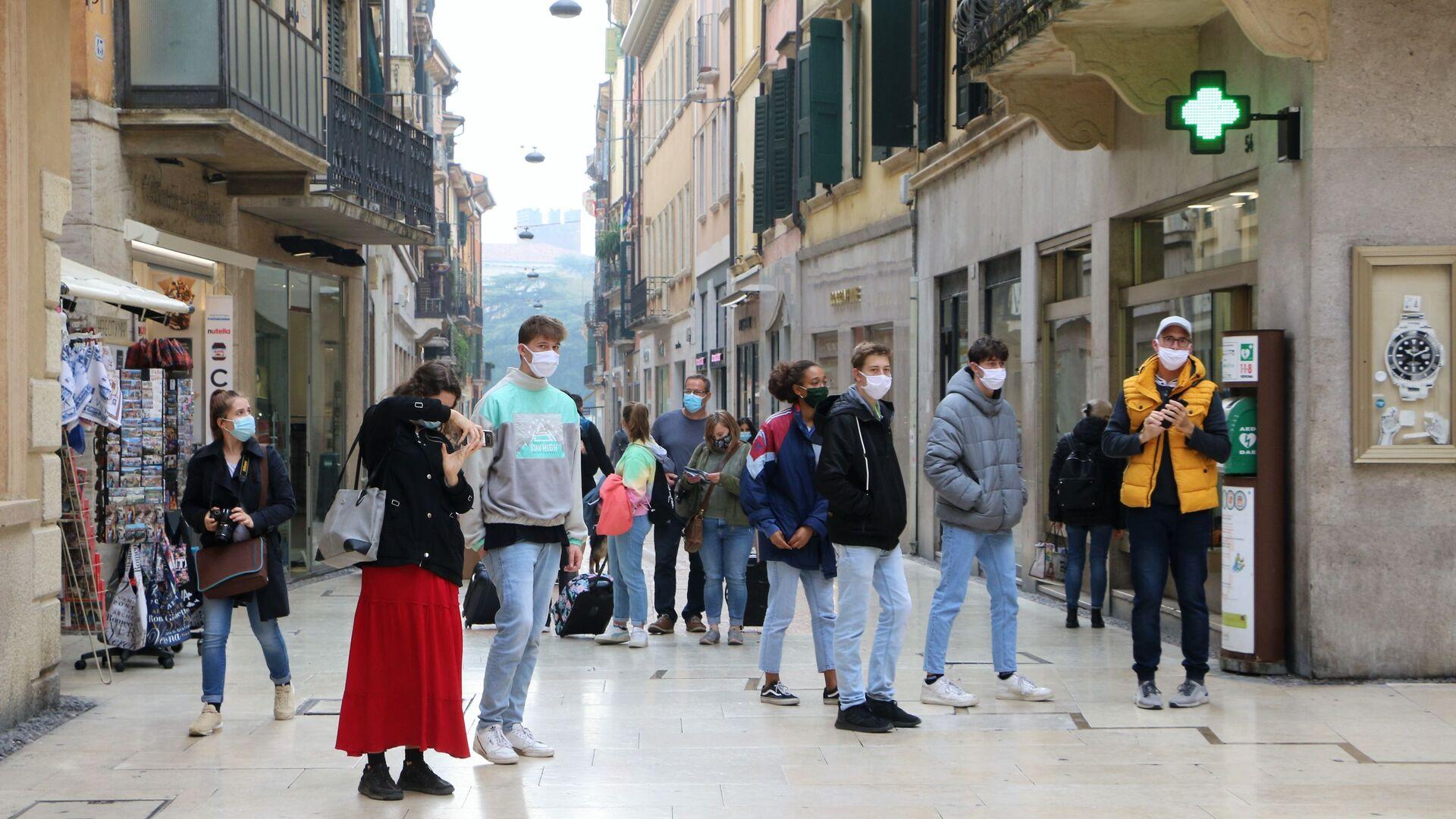 Ragazzi in mascherina in una strada - Sputnik Italia, 1920, 21.06.2021