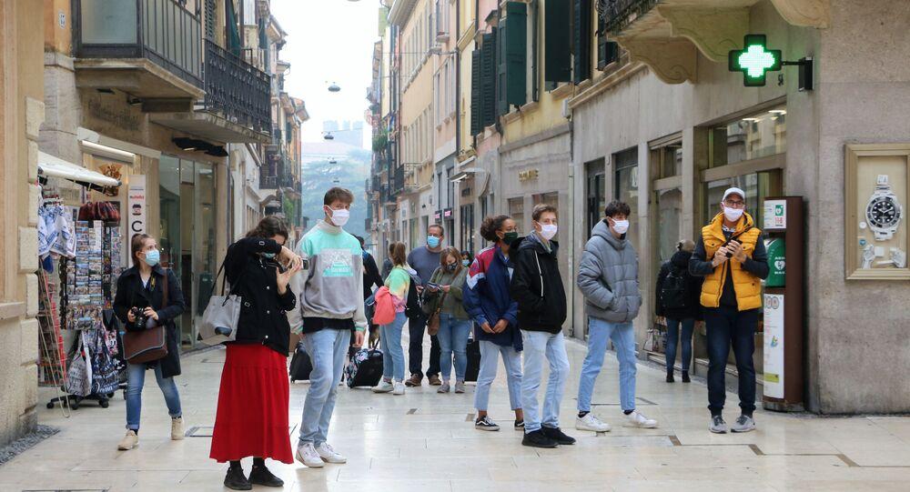 Ragazzi in mascherina in una strada