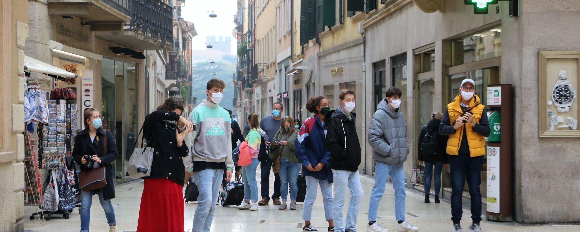 Ragazzi in mascherina in una strada - Sputnik Italia, 1920, 28.05.2021