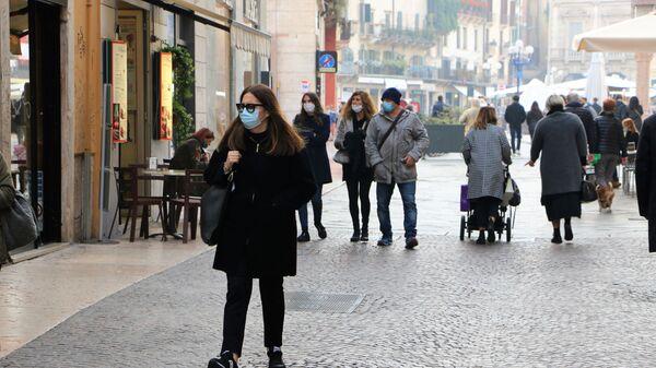 Persone in mascherina - Sputnik Italia