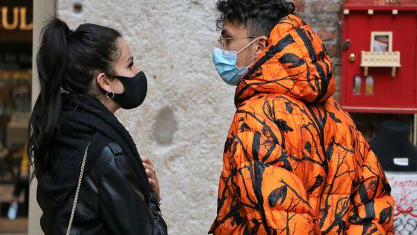Persone in mascherina in Italia - Sputnik Italia