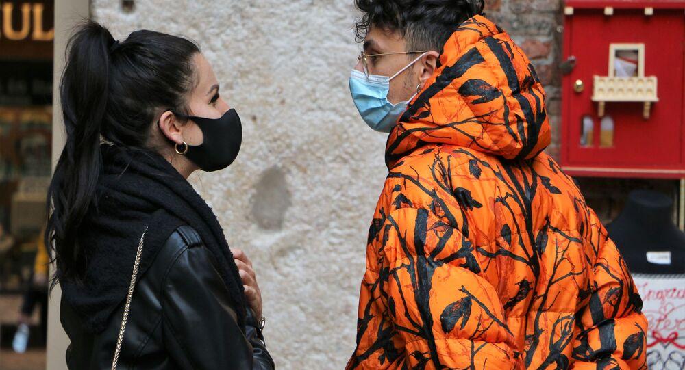 Persone in mascherina in Italia