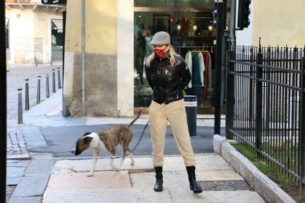 Una donna con cane a Milano  - Sputnik Italia