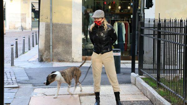 Una donna con cane - Sputnik Italia