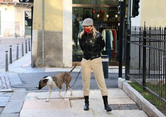 Una donna con cane