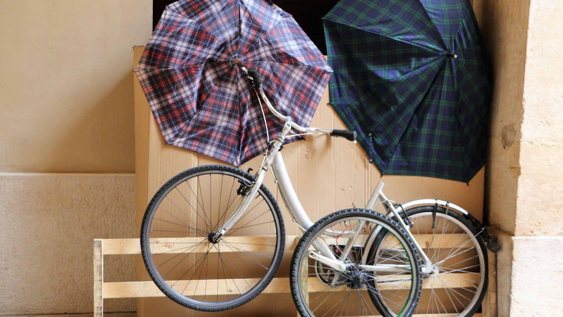 Le biciclette e gli ombrelli  - Sputnik Italia, 1920, 26.07.2021