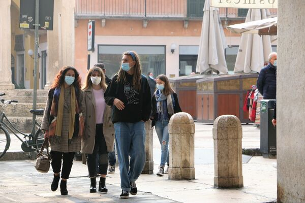 Persone indossano mascherina in Italia  - Sputnik Italia