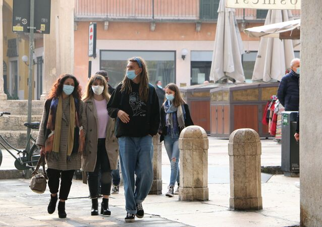 Persone indossano mascherina in Italia