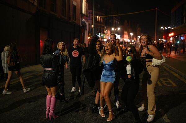 Le persone per strada dopo la chiusura del pub a Leeds, nel nord dell'Inghilterra, il 4 novembre 2020, alla vigilia di un secondo lockdown - Sputnik Italia