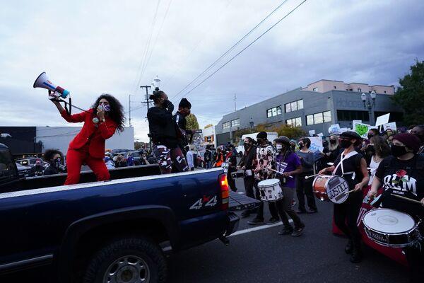 Le persone durante le proteste a Portland, USA - Sputnik Italia
