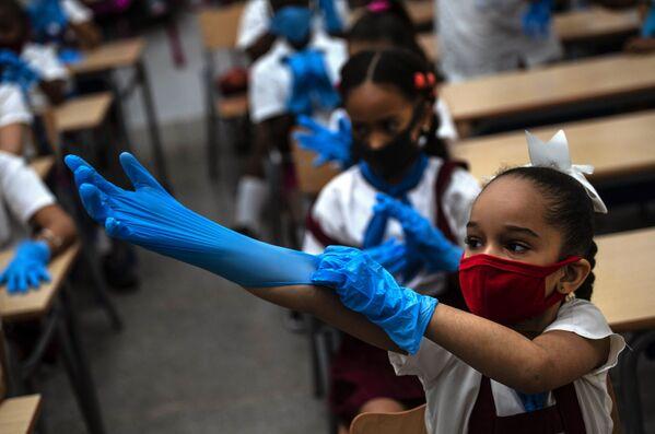 Le bambine indossando guanti protettivi e una maschera a scuola, l'Avana - Sputnik Italia