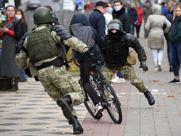 Gli agenti delle forze dell'ordine a una manifestazione non autorizzata Dzyady (Nonni, Antenati) a Minsk - Sputnik Italia