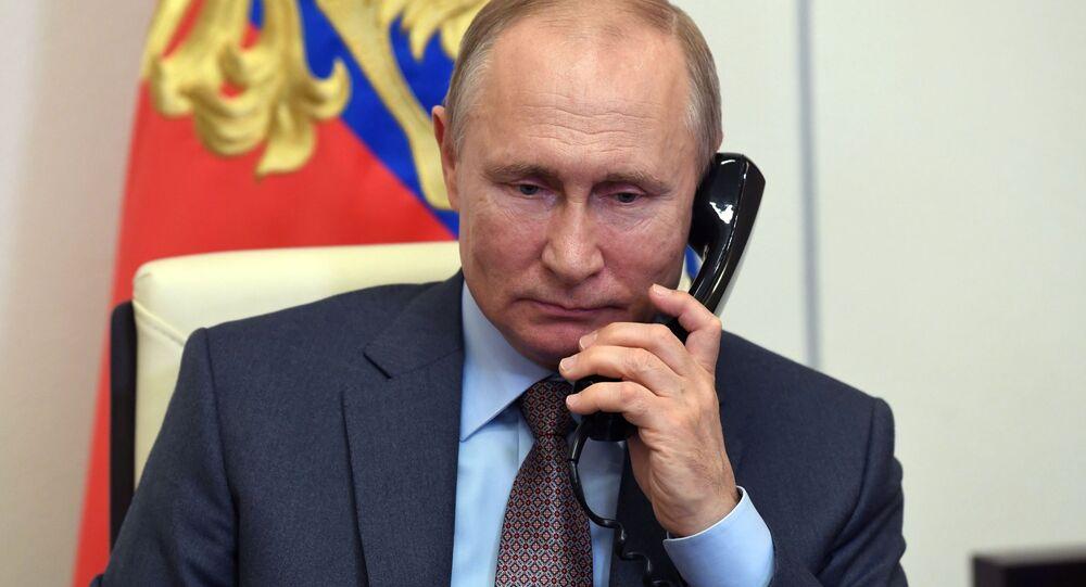 Il presidente russo Vladimir Putin al telefono