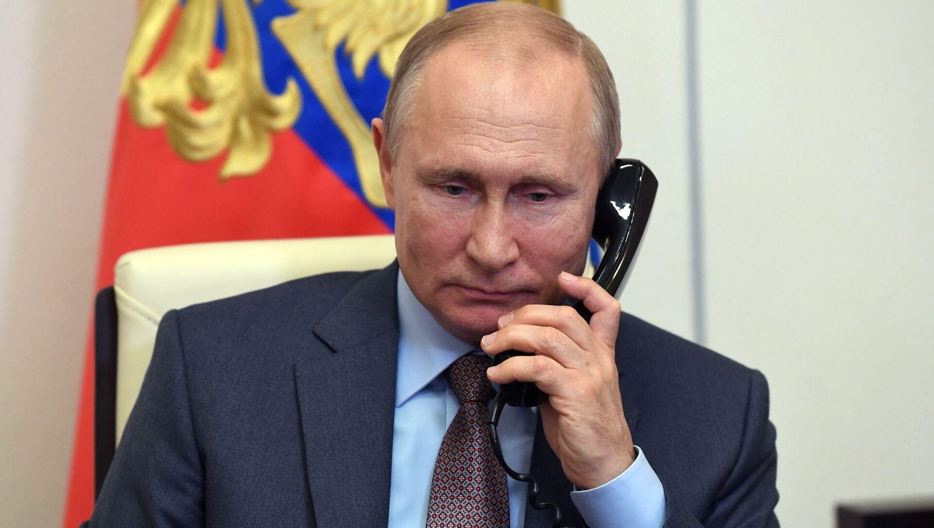 Il presidente russo Vladimir Putin al telefono - Sputnik Italia, 1920, 31.03.2021