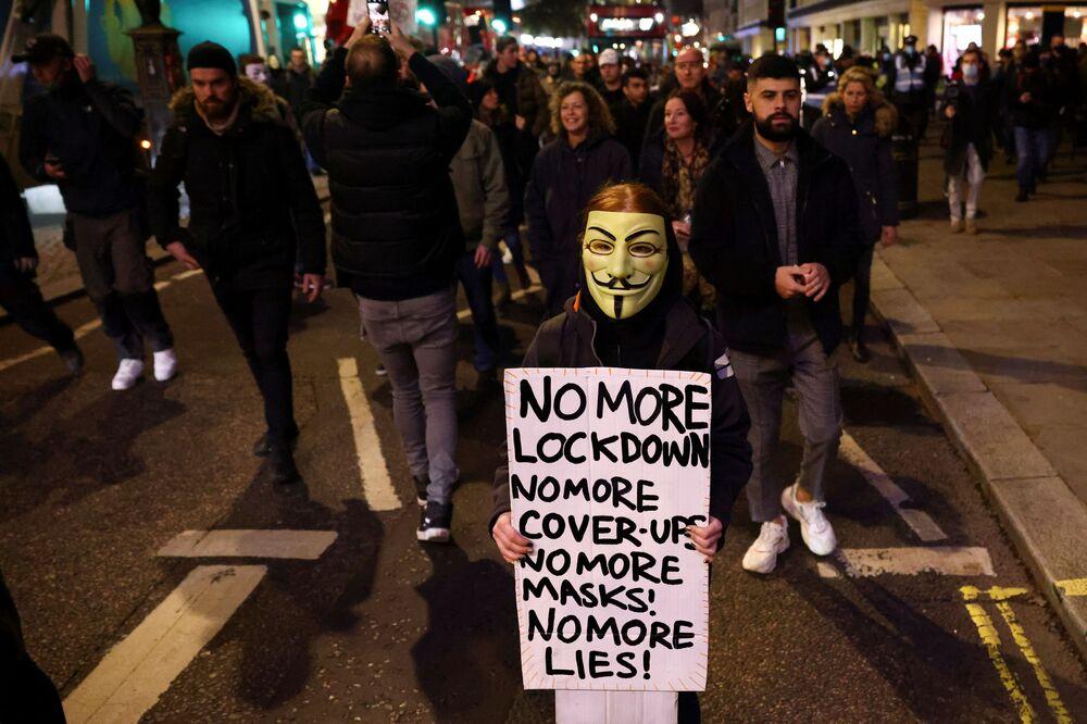 I partecipanti della Marcia del Milione di Maschere protestano contro il lockdown a Londra, il 5 novembre 2020.