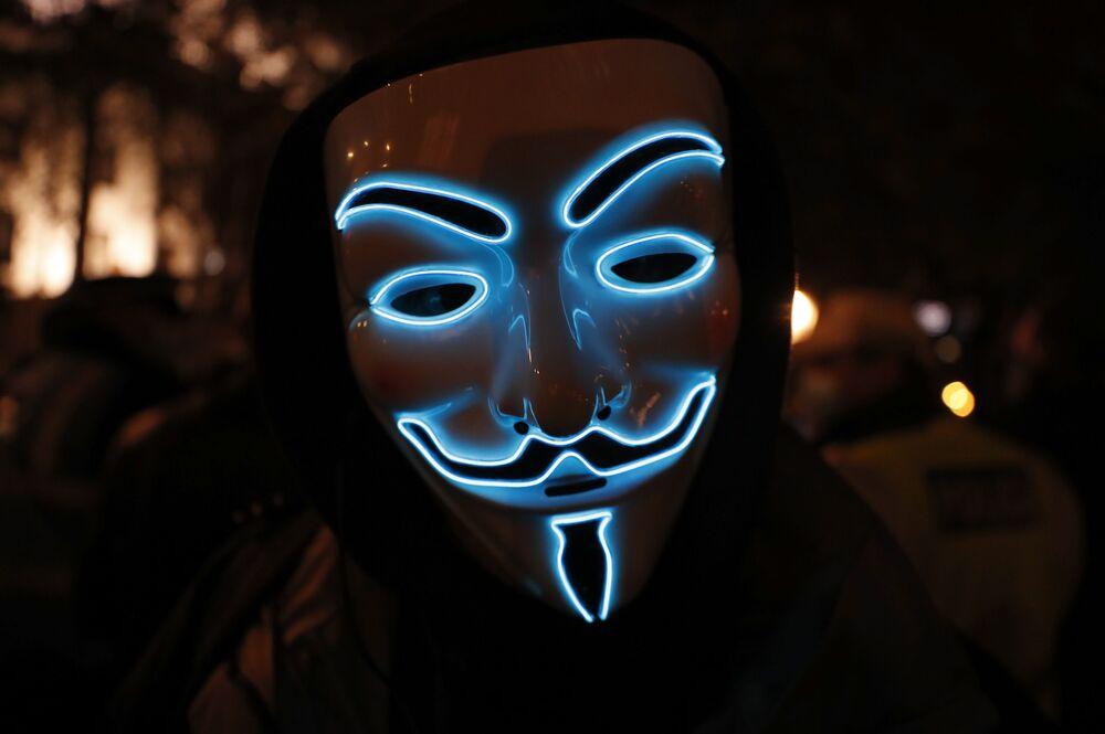 Un partecipante della Marcia del Milione di Maschere indossa la maschera di Guy Fawkes, Londra, il 5 novembre 2020.