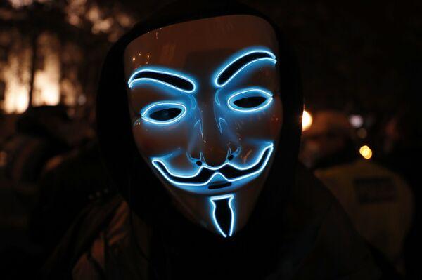 Un partecipante della Marcia del Milione di Maschere indossa la maschera di Guy Fawkes, Londra, il 5 novembre 2020.  - Sputnik Italia