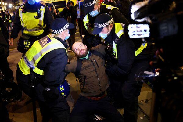 Gli agenti di polizia arrestano un manifestante durante la Marcia del Milione di Maschere a Londra, il 5 novembre 2020.  - Sputnik Italia