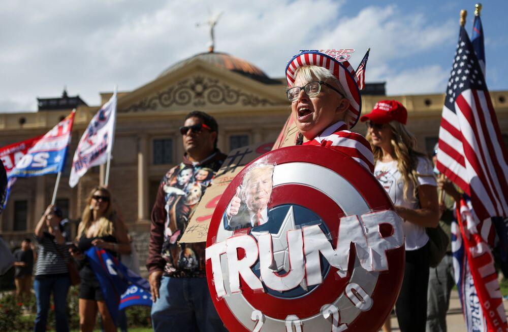 I manifestanti pro-Trump alla protesta Stop the Steal a Phoenix, USA