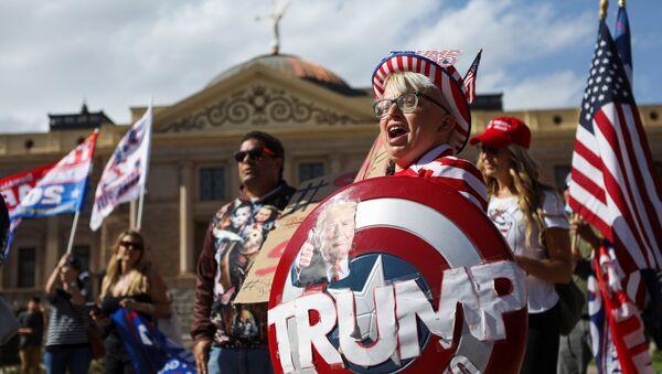 Сторонники президента США Дональда Трампа на акции протеста Stop the Steal в Фениксе, США - Sputnik Italia