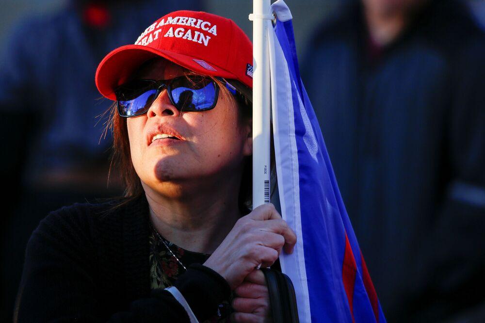 Partecipante alla manifestazione dei sostenitori di Donald Trump Frenate il furto contro i risultati delle elezioni presidenziali a Phoenix