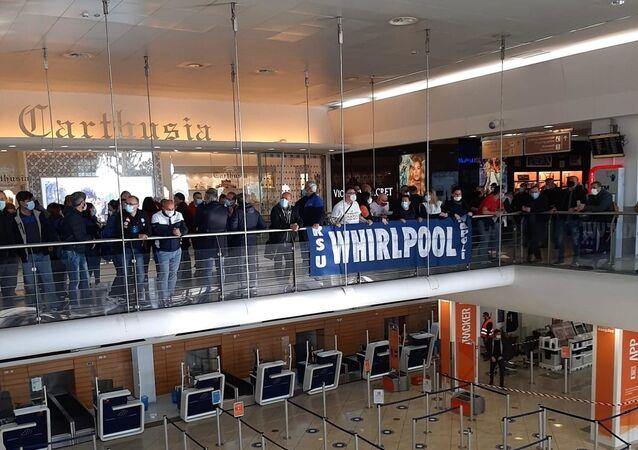 Lavoratori Whirlpool occupano aeroporto Capodichino Napoli