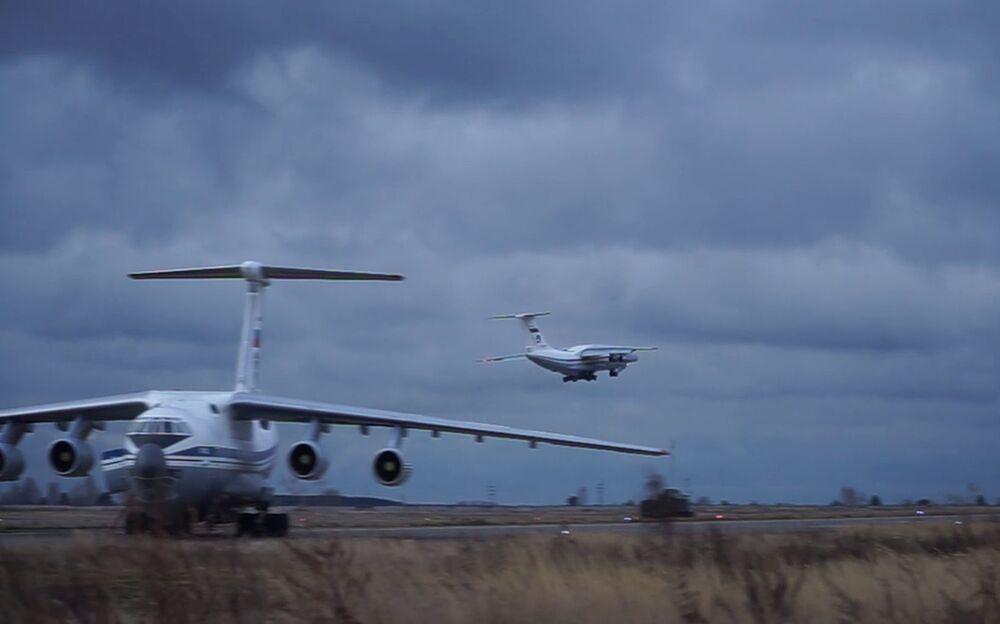 Un aereo da trasporto militare Il-76 con attrezzature e personale militari a bordo decolla dall'aeroporto di Ulyanovsk-Vostochny