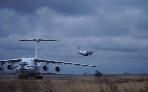 Un aereo da trasporto militare Il-76 con attrezzature e personale militari a bordo decolla dall'aeroporto di Ulyanovsk-Vostochny - Sputnik Italia
