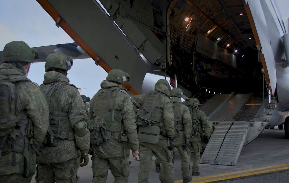 Caricamento di attrezzature militari e personale su aerei da trasporto Il-76 presso l'aeroporto di Ulyanovsk-Vostochny