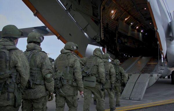 Caricamento di attrezzature militari e personale su aerei da trasporto Il-76 presso l'aeroporto di Ulyanovsk-Vostochny - Sputnik Italia