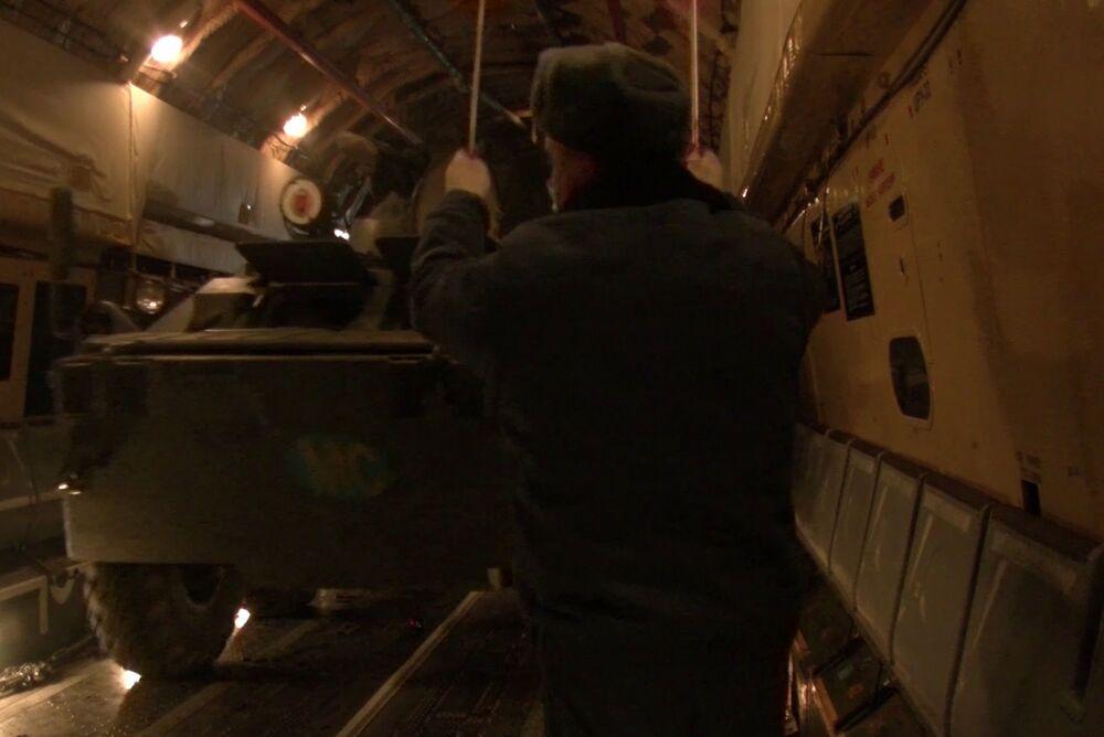 Le forze di pace russe mentre vengono dispiegate nella zona del conflitto in Nagorno-Karabakh