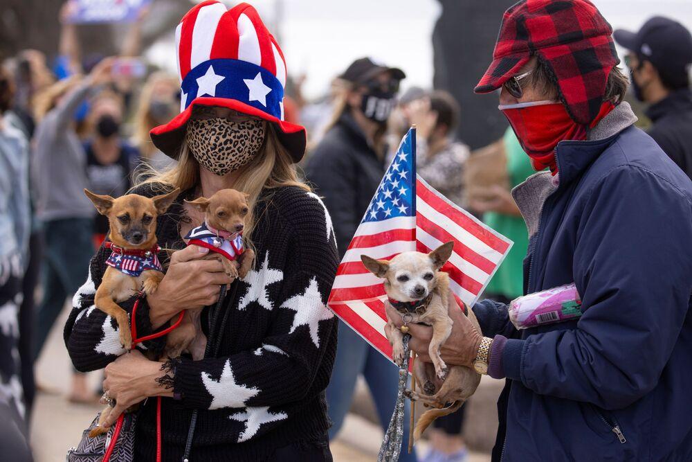 Le persone con i loro animali domestici celebrano la vittoria di Joe Biden alle elezioni presidenziali statunitensi, Cardiff, California