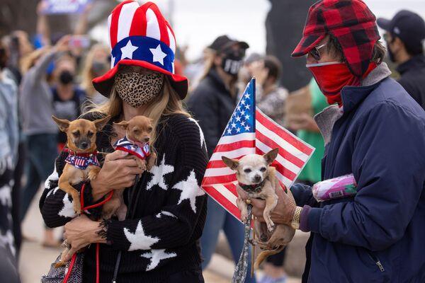 Le persone con i loro animali domestici celebrano la vittoria di Joe Biden alle elezioni presidenziali statunitensi, Cardiff, California - Sputnik Italia