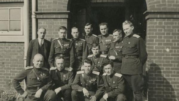 A few of the Soviet airmen who arrived in Scotland in 1943 to undertake top secret training at Errol Airfield, photo supplied by Anna Belorusova. - Sputnik Italia
