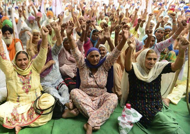 Agricoltori indiani durante la protesta contro la firma del governo dell'accordo RCEP