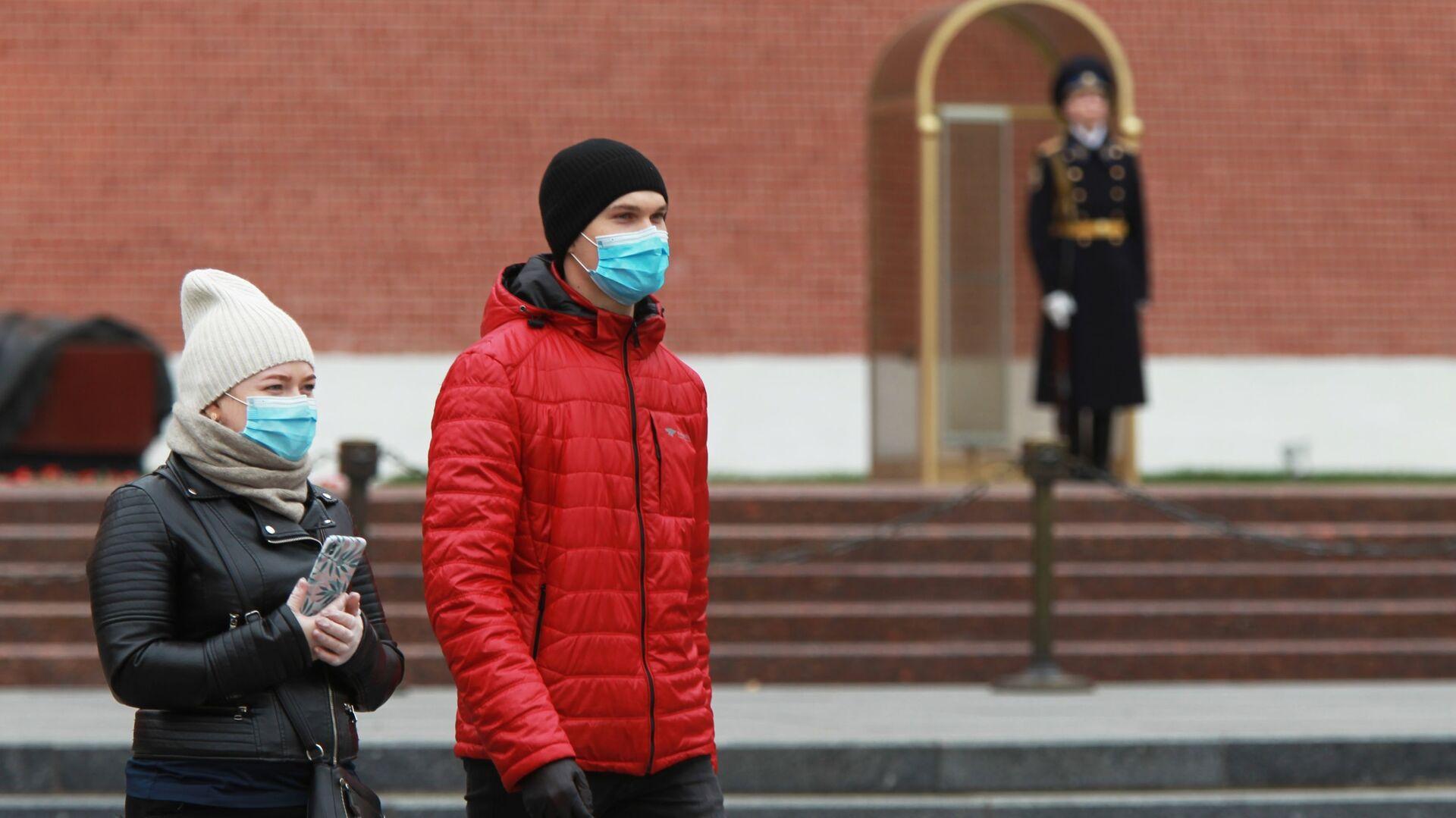 Coronavirus in Russia - persone in maschere protettive nel giardino Alexandrovsky a Mosca - Sputnik Italia, 1920, 25.05.2021