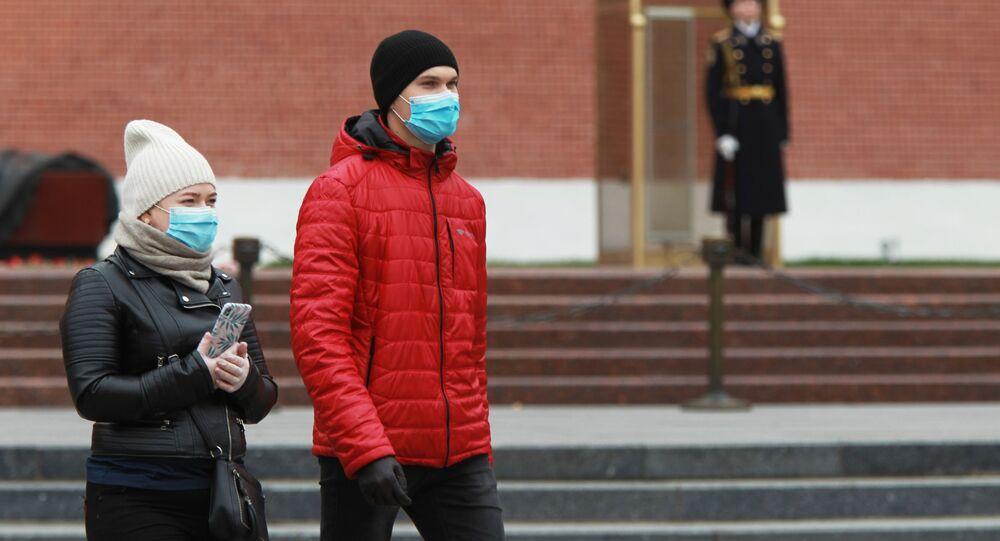 Coronavirus in Russia - persone in maschere protettive nel giardino Alexandrovsky a Mosca