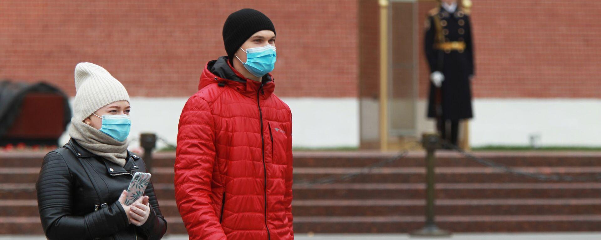 Coronavirus in Russia - persone in maschere protettive nel giardino Alexandrovsky a Mosca - Sputnik Italia, 1920, 27.04.2021