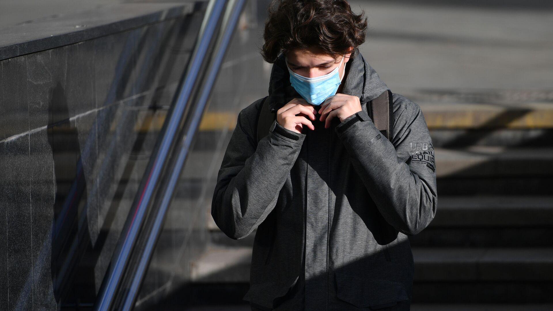 Coronavirus in Russia -un ragazzo in maschera protettiva sulla strada a Mosca - Sputnik Italia, 1920, 18.05.2021