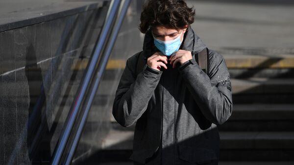 Coronavirus in Russia -un ragazzo in maschera protettiva sulla strada a Mosca - Sputnik Italia