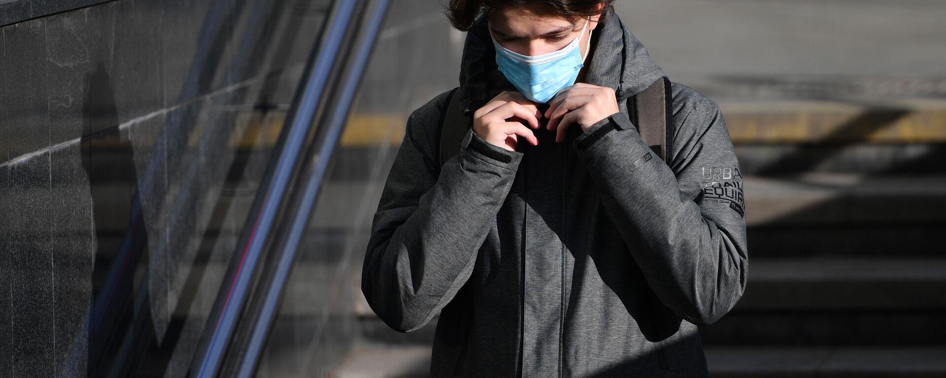 Coronavirus in Russia -un ragazzo in maschera protettiva sulla strada a Mosca - Sputnik Italia, 1920, 28.02.2021