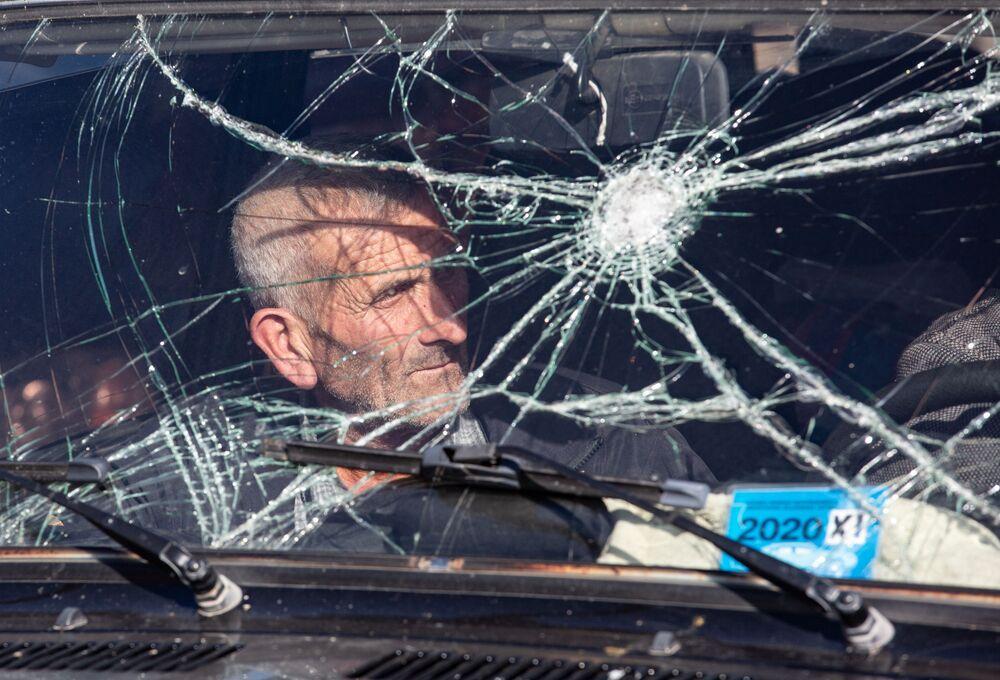 Un residente scappa da Nagorno-Karabakh nei pressi della città di Karvachar.